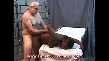 dara kali pertama pecah Great brunette with big tits rubs one out on a couch